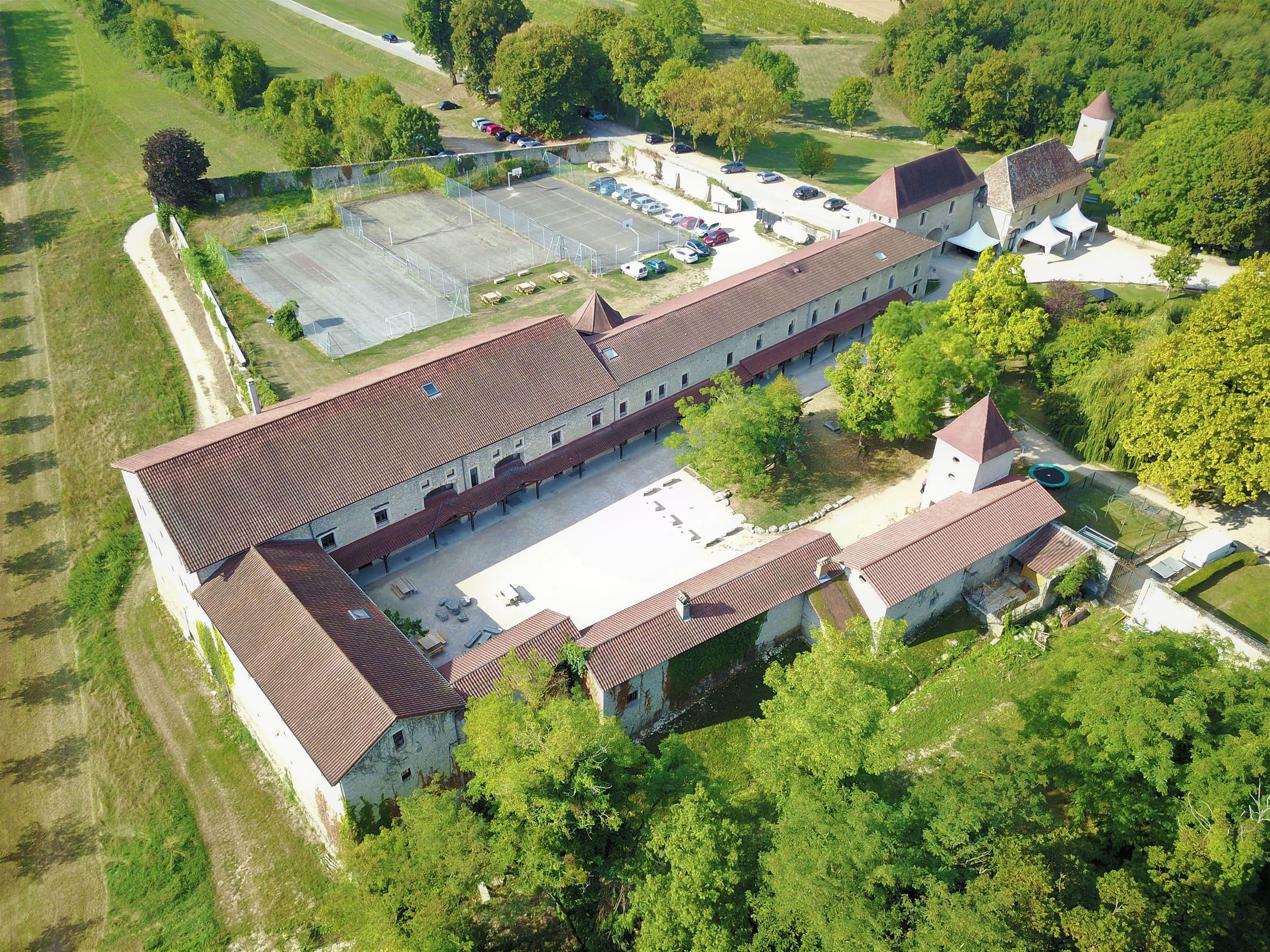 Dépendances de ChateauChapeau Cornu à Vignieu dans l'Isère (38)